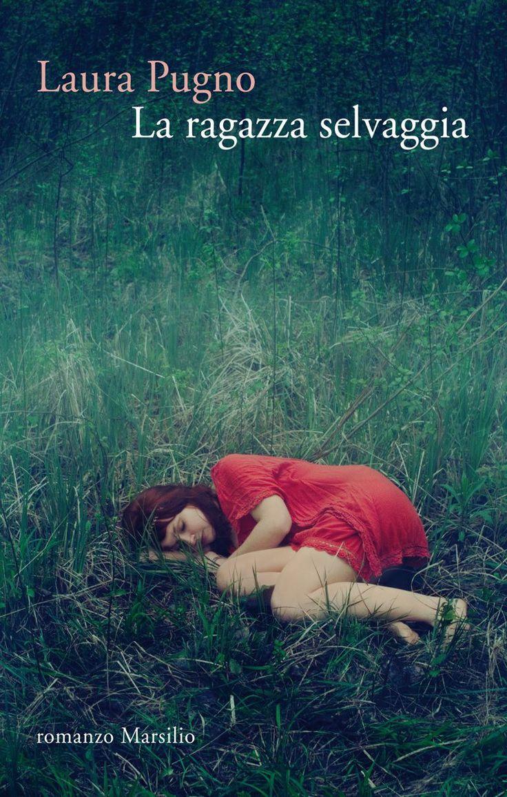 """""""Tessa aprì la porta sul buio del bosco"""": così comincia """"La ragazza selvaggia"""", e davvero il quinto romanzo di Laura Pugno è tutto uno spalancarsi di porte sul buio: sul buio del bosco; sul buio del dramma della famiglia Held - la madre alienata dopo la sparizione della figlia adottiva Dasha e l'incidente in seguito al quale Nina, la gemella, vive in stato vegetativo; sul buio di Nicola Varriale, il cui padre generoso ed entusiasta - socio di Held in affari con la riserva naturale…"""