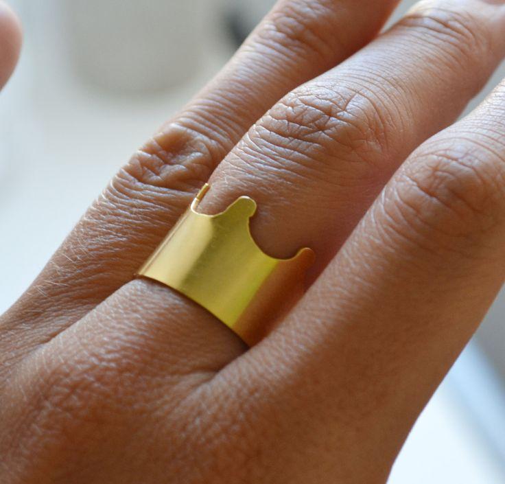 Anillos de banda chapado en oro con forma de corona - hecho a mano con latón chapado en oro - corte, hecho a mano, pulido y acabado a mano  Hermoso anillo impresionante! El tamaño del anillo es ajustable.  -Cortada y pulida a mano -máximo ancho de 15mm de anillo -Tamaño de anillo 9 y se puede ajustar fácilmente a mano en tamaños más grandes  Para más información o pedidos personalizados, póngase en contacto con nosotros en las conversaciones de Etsy o en thewiredshop.bcn [! en] gmail.com…