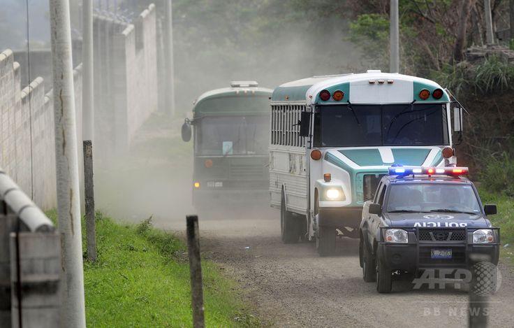 エルサルバドル・イサルコ Izalco の刑務所へギャングのメンバーたちを移送して来た護送車(2015年4月24日撮影)。(c)AFP/Marvin Recinos ▼2Jun2015AFP|【AFP記者コラム】死を見る目──エルサルバドルのギャングたち http://www.afpbb.com/articles/-/3050601