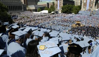 ARCHIVO - En este miércoles, 17 de mayo 2017, foto de archivo, los estudiantes de graduación llenar el campus de la Universidad de Columbia durante una ceremonia de graduación en Nueva York.  La desaparición de la deuda universitaria es algo que muchos titulares de préstamos estudiantiles sólo pueden soñar.  Pero es posible que algunos de los 44 millones de personas en los EE.UU. con préstamos para la educación.  A través del Programa de Perdón de Préstamos de Servicio Público, las personas…