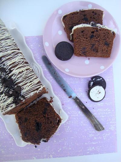 Heerlijke chocolade cake met oreo en witte chocolade. En chocolade stukjes vanbinnen voor extra chocoladesmaak!