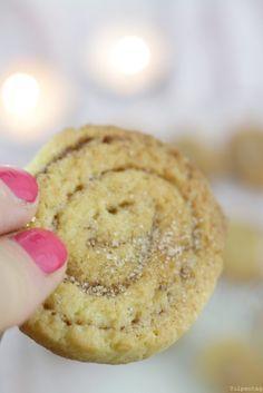 Wie ihr leckere Zimtschnecken in Form von Keksen backen könnt Ich liebe Zimt. Habt ihr es schon bemerkt? Egal ob Zimtsirup, Zimtmuffinsoder Zimteis (um nur mal eine Auswahl zu nennen). Ich habe das leckere Gewürz schon in einigen Leckereien verwendet. Dabei ist es mir auch egal, ob die Weihnachtszeit naht oder draußen 30°C herrschen. Zimt …