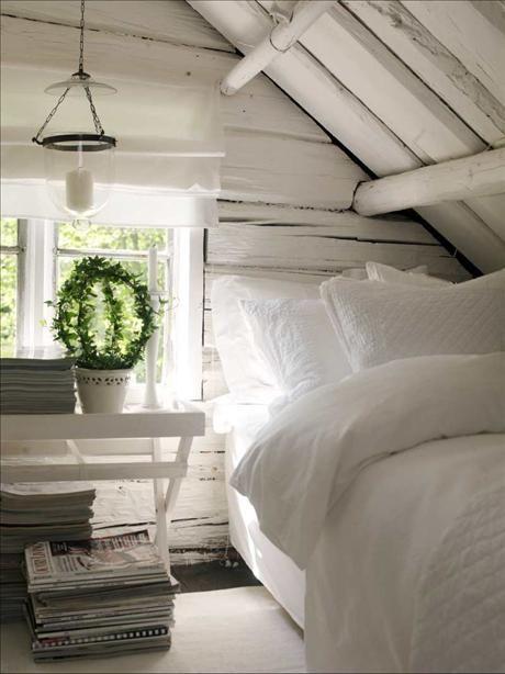 Allt är i vitt, så också sovrummet. Sängkläder,   Lexington och ljuslykta, Indiska.