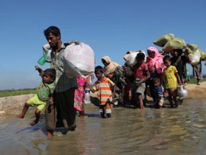 """A Amnistia Internacional considera que as autoridades de Myanmar (ex-Birmânia) estão a aplicar um sistema comparável ao apartheid ao povo rohingya no Estado de Rakhine, descrito como uma """"prisão a céu aberto"""" onde acontece todo o tipo de atrocidad..."""