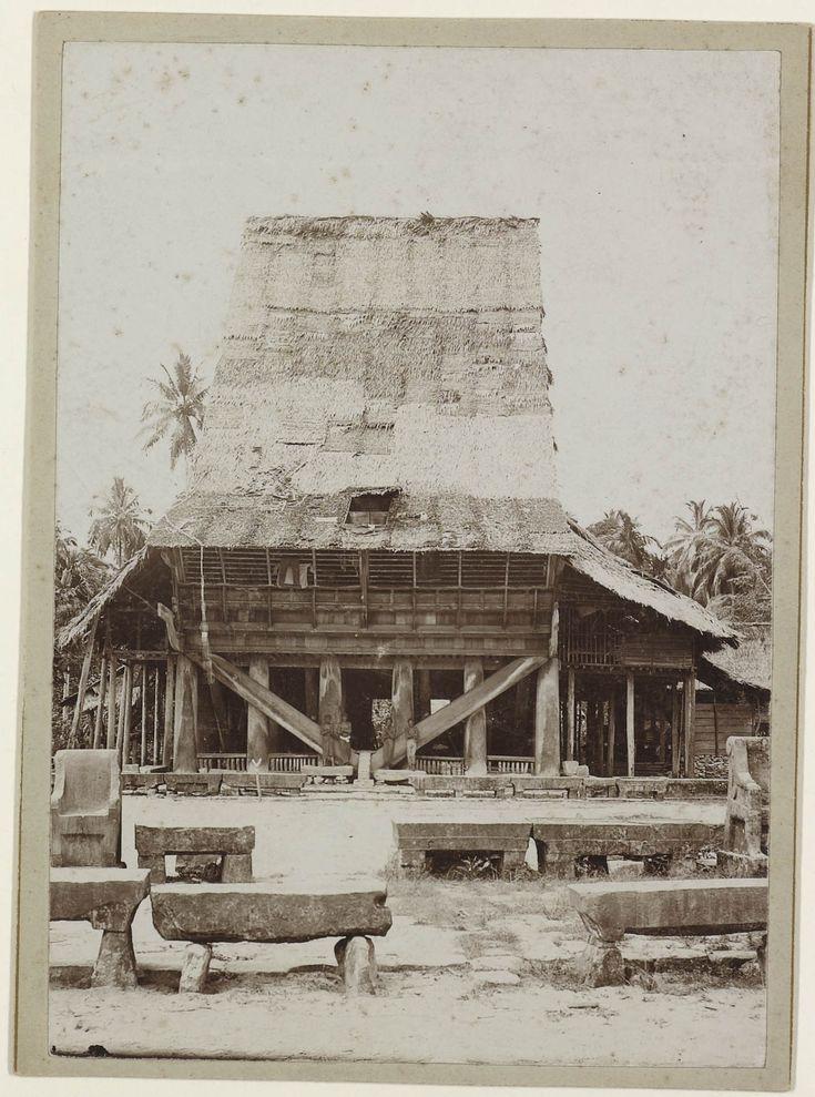 Woning van een hoofd op Telo, het grootste huis op het eiland, Indonesie, 1900