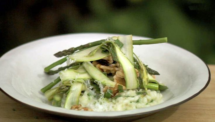 Aspargesrisotto med lun salat av asparges, eple og valnøtter - Dette er typisk Tareqs mat, sier Pernilla Månsson Colt. – Litt luksuriøst, litt enkelt og samtidig veldig godt. - Foto: Fra TV-serien Hygge i hagen / SVT