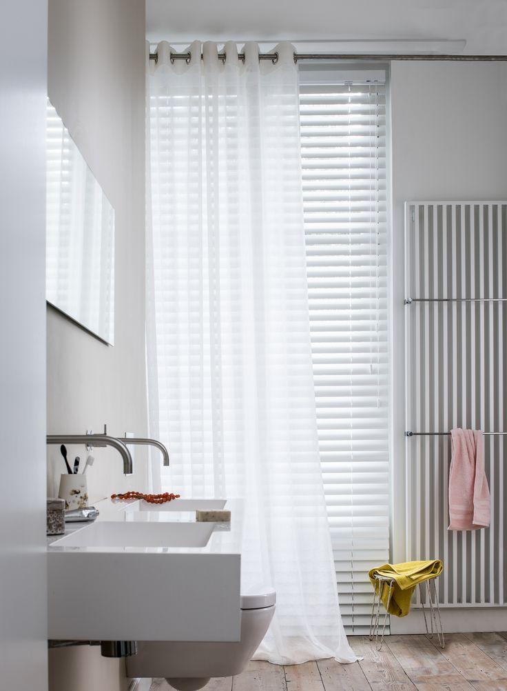 Aluminium jaloezie 73304 in badkamer met transparante gordijnen #Toppoint #jaloezieën #aluminium