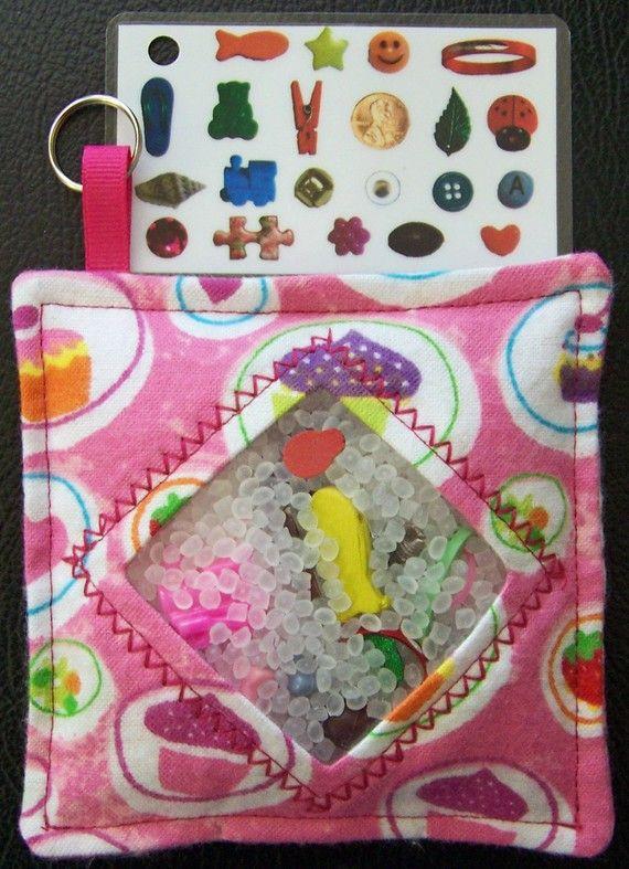 Genial idea. Una bolsa de tela que contiene pequeños objetos escondidos entre bolitas translúcidas. El niño ha de identificar y buscar los objetos que tiene en la carta impresa