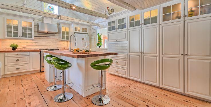 Armoire de cuisine en érable laquée blanc, comptoir de cerisier massif.