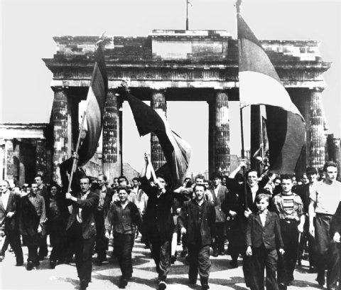 DDR-Volksaufstand am 17. Juni 1953/-60 Jahre nach dem Ausnahmezustand/ Von Steven Geyer/ http://www.berliner-zeitung.de/politik/ddr-volksaufstand-am-17--juni-1953-60-jahre-nach-dem-ausnahmezustand,10808018,23301392.html