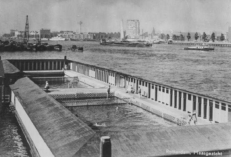 Zwemles in de Nieuwe Maas Kan je het voorstellen? Leren zwemmen in de Maas? Op het eerste gezicht is dat niet de beste plek om het zwemmen te leren, maar dat er in diverse havens en op de Maas zwembaden waren is een zekerheid. Op afgebakend terrein kon je naar hartenlust zwemmen zonder het gevaar te lopen een binnenvaartschip te moeten ontwijken. Op deze foto, genomen vanaf de Willemsbrug, zie je een zwembad aan de Maaskade rond 1960. Op de achtergrond zie je onder andere de Euromast, het…