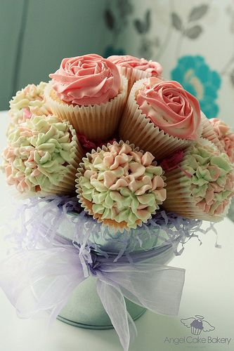Rose and hydrangea decorated cupcakes from Angel Cake Bakery in Coleraine, UK (angelcakebakery.co.uk) via cupcakestakethecake.blogspot.com