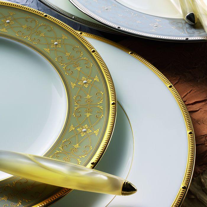 Сервиз обеденный, 6 перс, 23 пр, Рошель Голд  Посуда из костяного фарфора. Комплектация: тарелка подстановочная 27 см - 6, тарелка десертная 20 см - 6, тарелка суповая- 6,  солонка - 1, перечница - 1, салатник большой - 1, салатник маленький - 2.