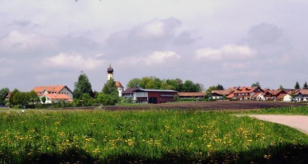 """Pfaffing liegt im Nordenwesten des Landkreises Rosenheim zwischen München und Wasserburg am Inn. Wandern und Radfahren in der waldigen Voralpenlandschaft zwischen dem Fluss Attel und der Moorebene, Filzen genannt, bieten willkommene Erholung für Körper und Geist. Natur """"mit allen Sinnen erleben"""" ist das Motto des Naturerlebnispfades Pfaffing. Zudem gibt es wunderschöne Kirchen und Kapellen und eine Brauerei """"Gut Forsting"""", die gerne besichtigt werden kann."""