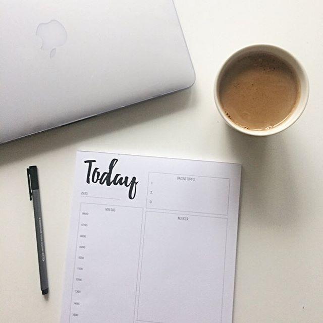 Starter dagen med kaffekoppen og litt planlegging - klare for en ny dag og en ny uke. 📋☕️ Hvordan starter du dagen? Bruk emojies😋