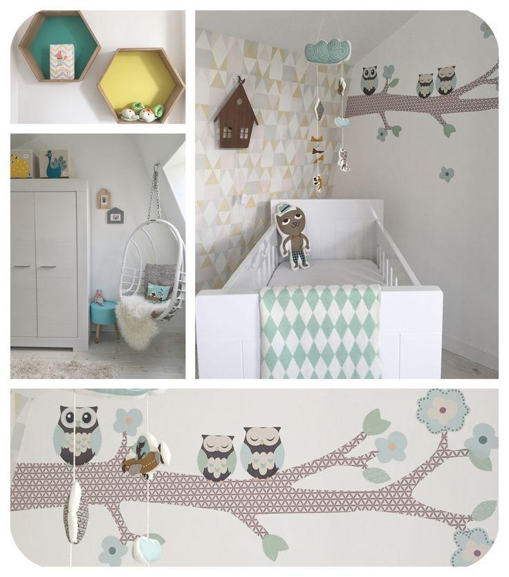 Babykamer jongen met accessoires van o.a. Ferm Living, 3 Sprouts, muursticker van Perron 11 en behang Majvillan