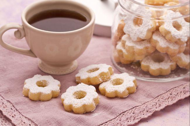 I canestrelli sono dei deliziosi e friabili biscotti spolverati di zucchero a velo; tipici della Liguria e del Piemonte, presentano numerose versioni.