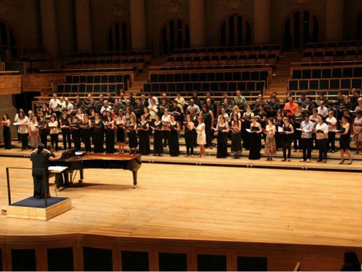 """O Coro da Osesp convida o público a cantar no palco da Sala São Paulo excertos do """"Réquiem"""", de Mozart."""