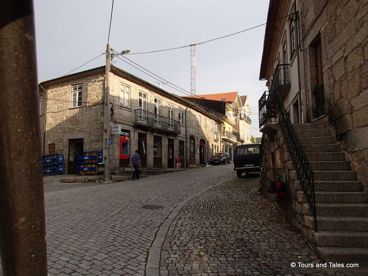 Escadas de pedra, calçadas de paralelepípedos em Barcelos, Portugal.  Fotografia: Tours and Tales.