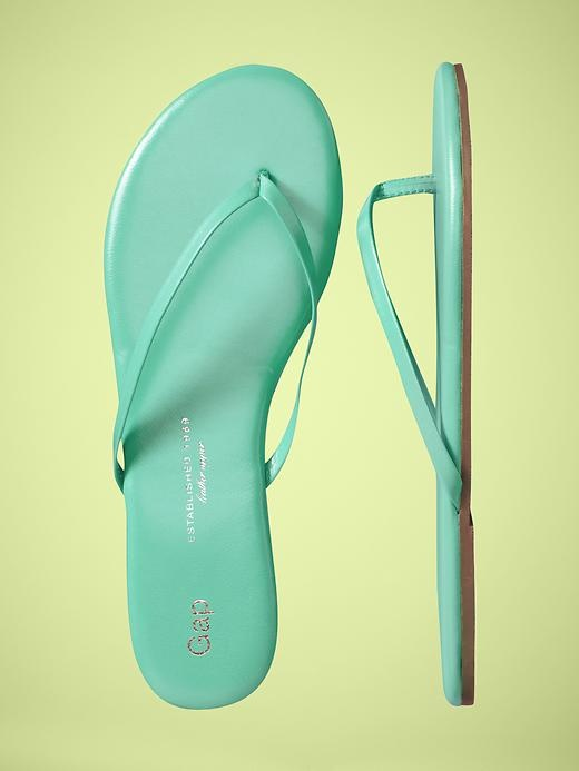 gap leather flip flops... i want these in every color
