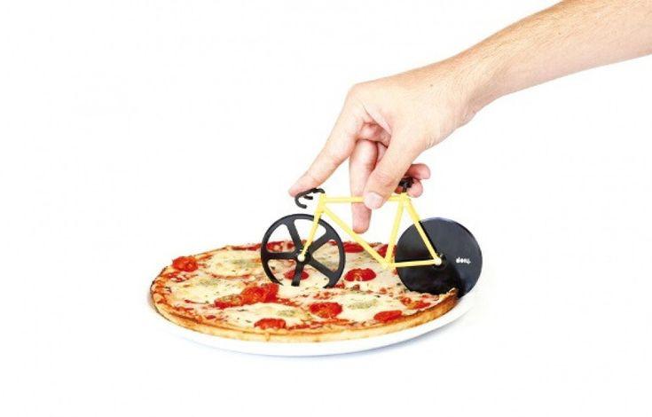 Tagliare la pizza con la rotella della bicicletta