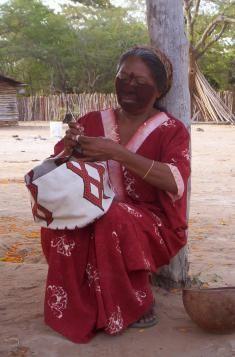 Mujer Wayuu tejiendo mochila, By ecoaccesorios.com.co