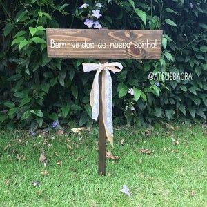 Placa de madeira para casamentos e festas com uma mensagem