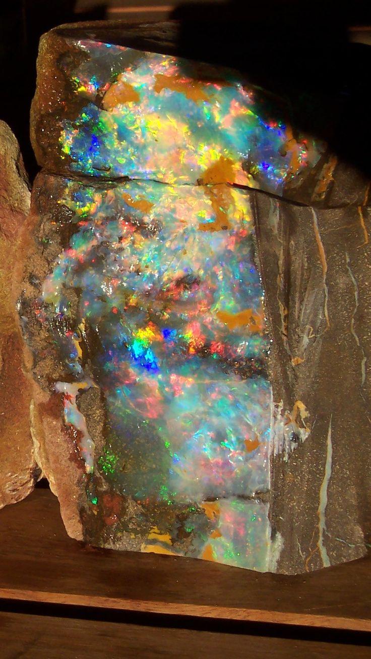 Ópalo Arlequin  conecta con el corazón  ópalo violeta con el plexo solar  ópalo de fuego con el bazo ópalo verde laringe ópalo negro para la apertura de los chakras