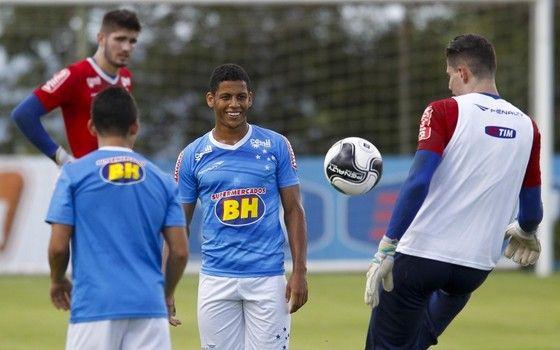 Cruzeiro levava marca do Supermercados BH no peito e nas costas do uniforme celeste (Foto: Washington Alves / Light Press)