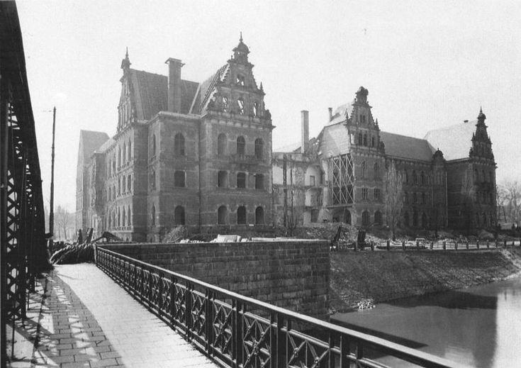 Uszkodzony gmach Starej Rejencji z 1886 r. widoczny z zachowanego przęsła mostu Lessinga. Widoczna wyrwa ze zdjęcia   Lata 1945-1946