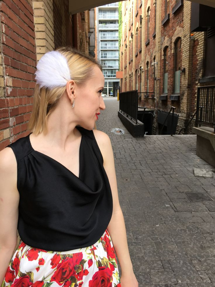Make your own white swan inspired feather fascinator with this tutorial - only two supplies needed! It can complete any afternoon tea outfit or Halloween costume. #DIYfascinator #whiteswan