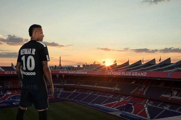 Neymar Jr w Paris Saint-Germain FC - jak myślicie, zrobił dobry ruch? • Neymar w koszulce PSG nad Parc des Princes • Wejdź i zobacz #neymar #psg #football #soccer #pilkanozna #futbol #sport #sports