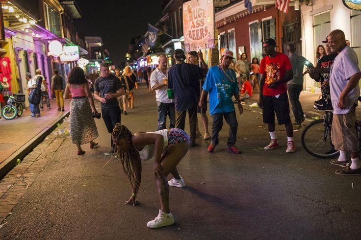 Μια γυναίκα λικνίζεται στο ρυθμό twerks αλά Μάιλι Σάιρους κατά μήκος της Bourbon Street, που  στη γαλλική συνοικία της Νέας Ορλεάνης στη Λουιζιάνα.
