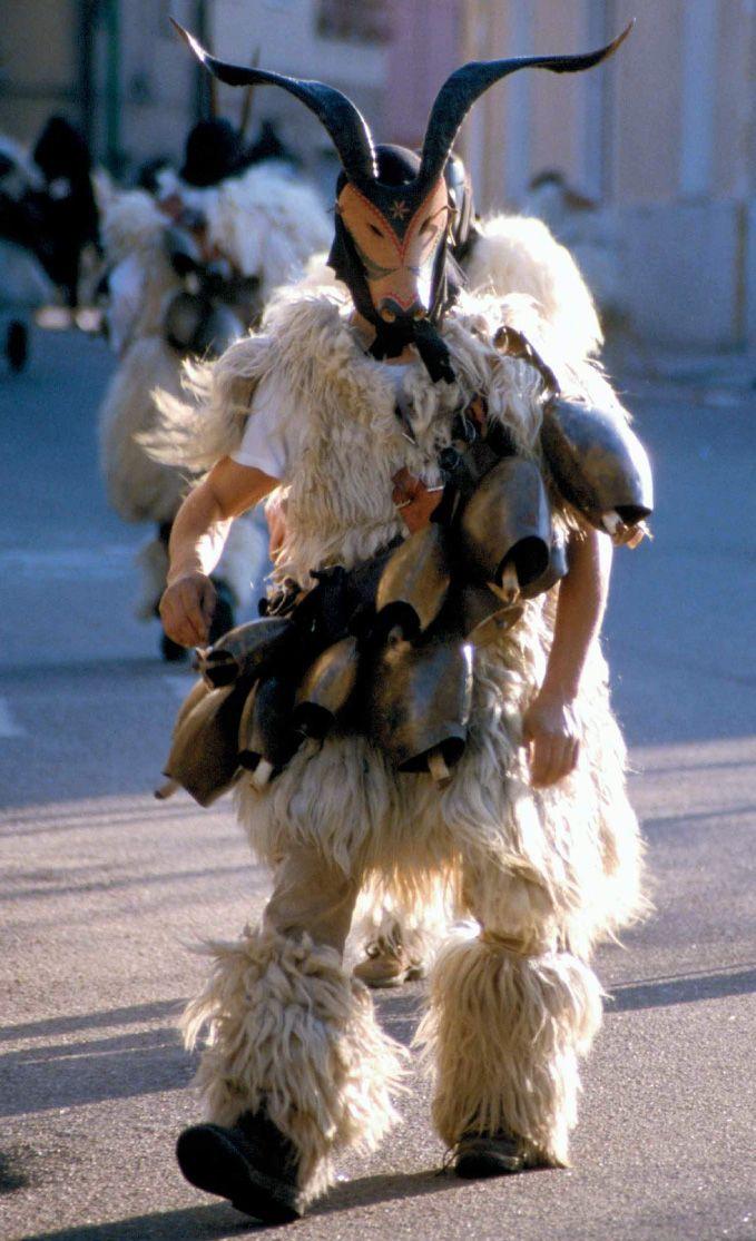 Costume da Mamuthones in Sardegna.