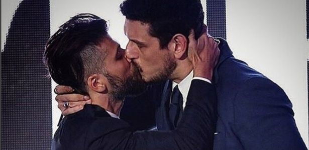 Cesar Menotti critica selinho de Gagliasso; Jean Wyllys sugere beijo triplo #Ator, #BeijoGay, #BrunoGagliasso, #Copacabana, #Críticas, #Globo, #Instagram http://popzone.tv/2015/11/cesar-menotti-critica-selinho-de-gagliasso-jean-wyllys-sugere-beijo-triplo.html