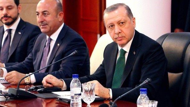 Beschimpft die Niederländer und droht mit Vergeltung: der türkische Präsident Erdogan, hier mit Außenminister Cavusoglu im Januar in Maputo, Mosambique