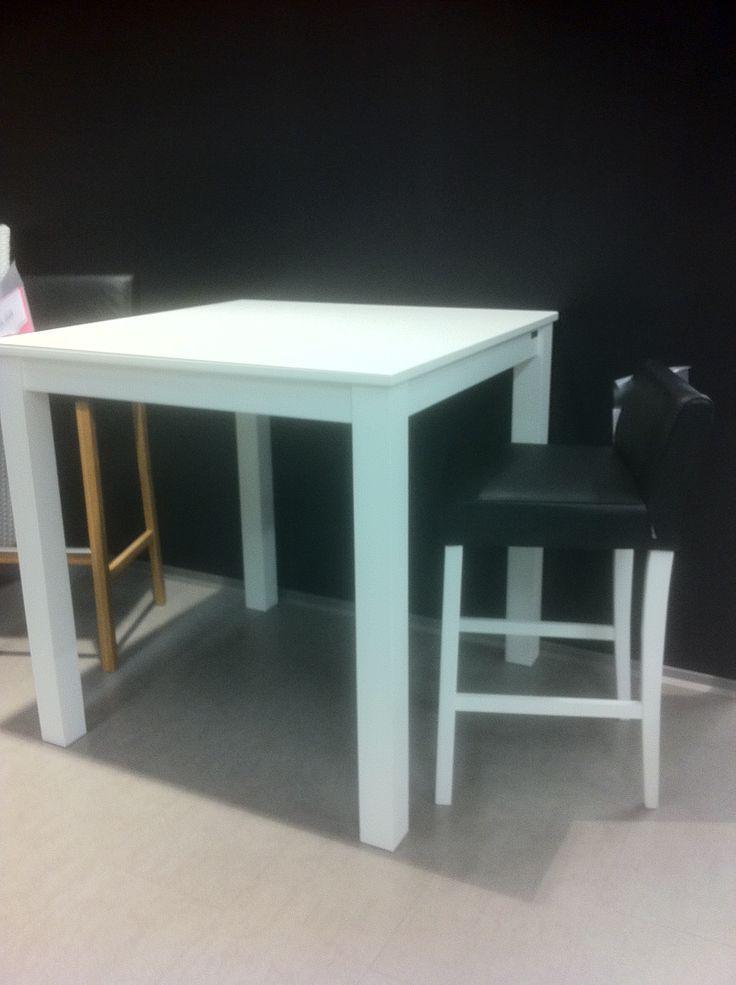 Pohjanmaan Kalusteen Sara baaripöytä (90x90x90) 190,- (499,-), Sara baarituoli valkoinen/ musta nahka 150,- (395,-), myymälän malli