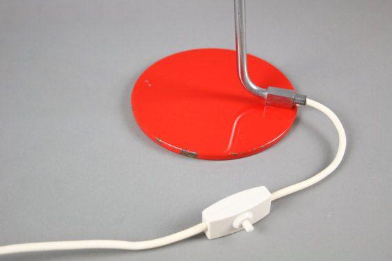 Depoca metà secolo moderno Hustadt lampada da terra a collo di cigno luce scrivania lampada rosso arancio 60s 70s Comodino lampada da ufficio >>>><<<< >>>><<<< >>>><<<< Lacciaio inossidabile elegante curvatura del collo della lampada scrivania è montato su una base molto sottile lampada rotonda verniciato e i percorsi dei cavi allinterno del paralume ha una bella forma. Questo include un arancio - rosso. Una lampada di...