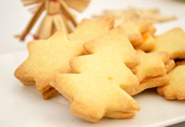 Ein ideales Rezept für Backanfänger, um die Weihnachtszeit zu versüßen. Der Weihnachtskekse Grundteig gelingt garantiert.