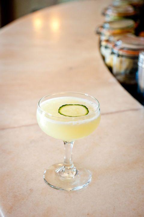 In un bicchiere o una tazza per il punch riempita di ghiaccio, crea il tuo cocktail con 1 parte di Pernod Absinthe, 1 parte di sciroppo semplice (acqua e zucchero), 1 parte di succo di lime fresco e 4 parti di acqua. Guarnisci con una rondella di cetriolo tagliata sottile.