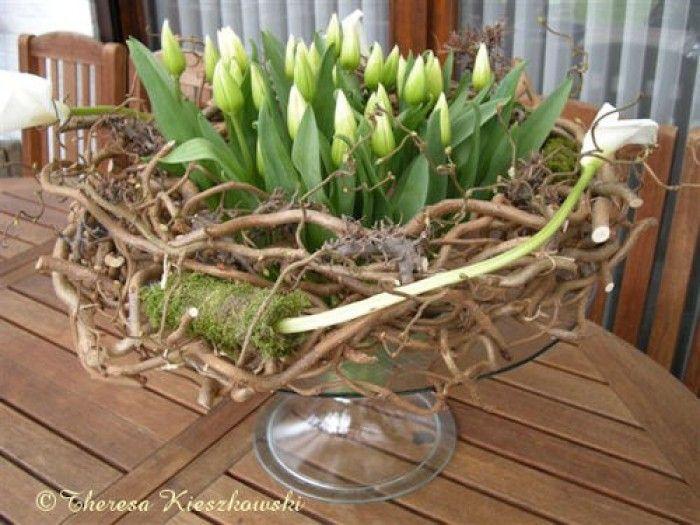 Tulpen en kringeltakken op glazen standaard