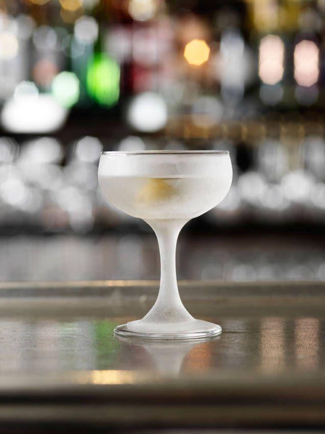 Här är ett klassiskt recept på Dry martini. En aperitif, eller cocktail, som är lika klassisk som omdiskuterad. Hitta din egen balans mellan gin och vermouth.