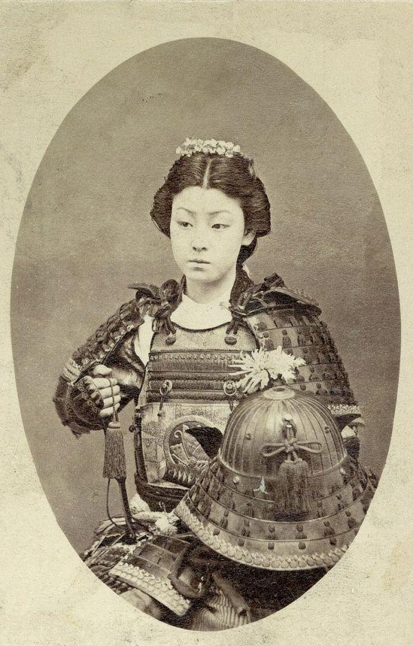 """Fotografía de una mujer samurai (en japonés """"Onna Bugeisha"""") instruida en artes marciales. Finales de los años 1800"""
