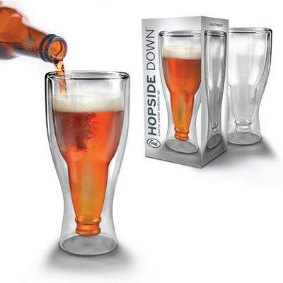 Dieses ungewöhnliche Bierglas lässt Vaterherzen höher schlagen. Im Inneren befindet sich eine umgedrehte Bierflasche. Das Bierglas von Fred Design ist handgeblasen und zieht alle Blicke auf sich. http://www.megagadgets.de/hopside-down-bierglas.html