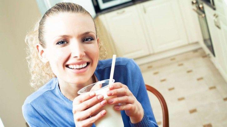 Junge Frau mit Kefir im Glas - Gesunde Ernährung für die Hormone