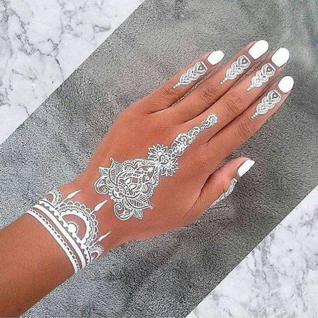 Henné blanc sur les mains