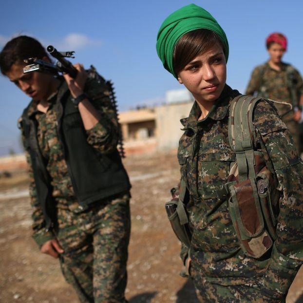Soldatesse curde delle Forze democratiche siriane in una zona controllata dal loro gruppo vicino alla città di Hole, nella regione autonoma del Rojava, in Siria