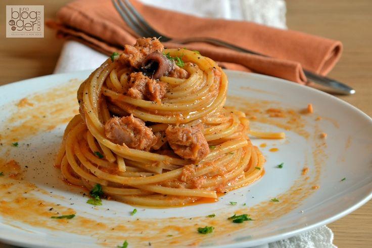 Spaghetti alla fanese, un primo piatto semplice e gustoso preparato con tonno, alici, prezzemolo e concentrato di pomodoro, unico e facilmente replicabile.