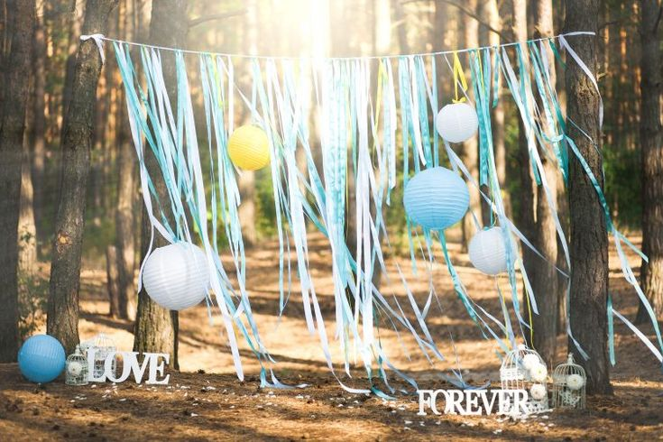 Heftige versiering met linten, lampionnen en andere versieringen voor de bruiloft.