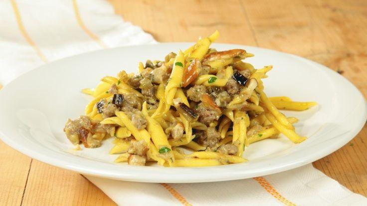 Ricetta Strozzapreti con sugo di melanzane, porcini e salsiccia: